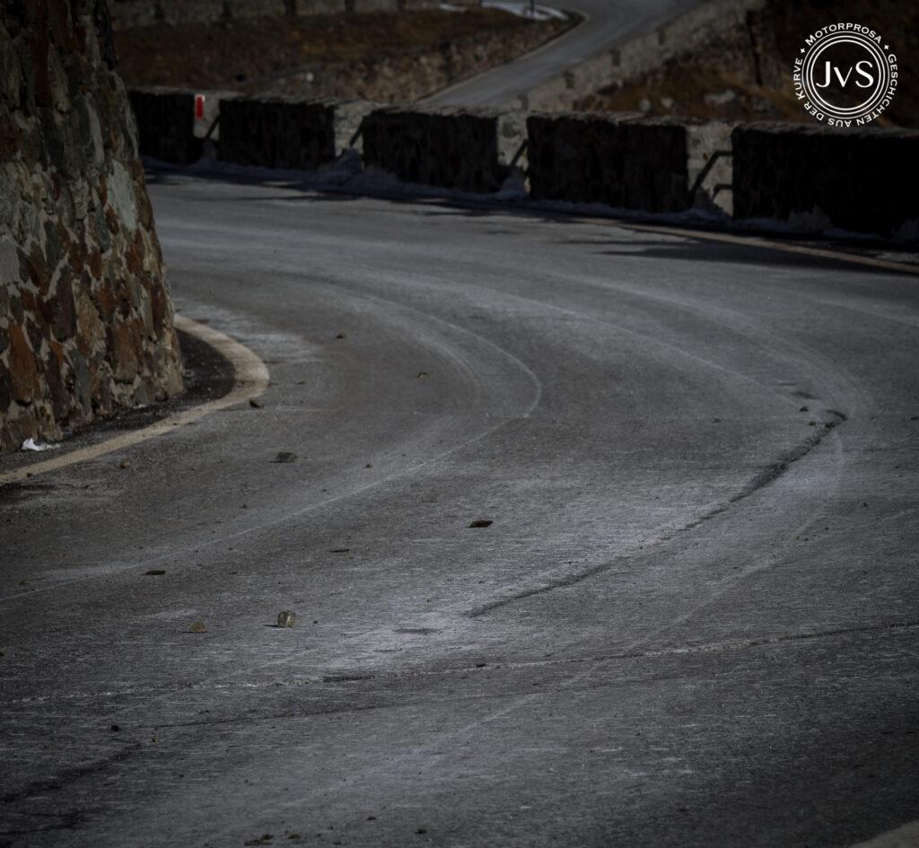 Bald gehört die Straße dem Schnee, Eis, Schutt (www.motorprosa.com)